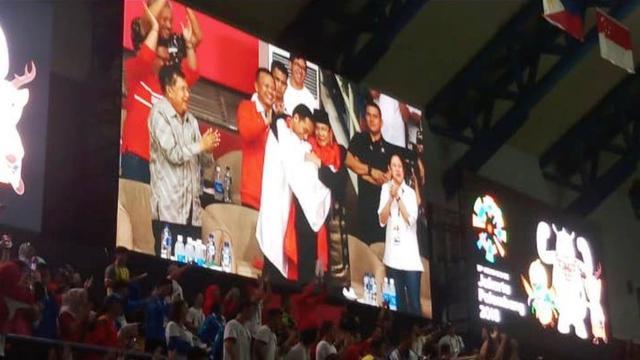Jokowi dan Prabowo memeluk atlet pencak silat Indonesia