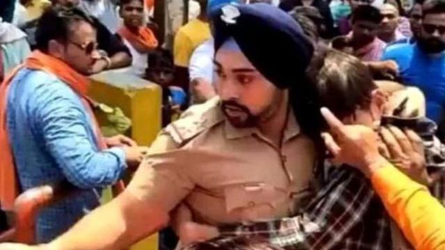 Polisi India, Gagandeep Singh menyelamatkan seorang pemuda muslim dari amuk massa.