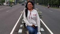 Almarhumah Iin Aprilia, dirigen wanita legendaris Persikmania 2003-2010, berpose di sela-sela tugasnya mengantar rombongan travel wisata di Yogyakarta. (Dok. Pribadi)