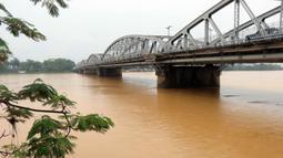 Kondisi daerah yang terendam banjir setelah hujan deras mengguyur Provinsi Thua Thien-Hue, Vietnam, 20 Oktober 2020. Bencana alam menyebabkan 105 orang tewas dan 27 lainnya hilang di sejumlah wilayah tengah dan dataran tinggi tengah Vietnam sejak awal Oktober. (Xinhua/VNA)