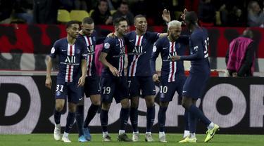 Penyerang PSG, Kylian Mbappe (ketiga kanan) berselebrasi dengan rekannya usai mencetak gol ke gawang AS Monaco pada pertandingan Liga Prancis di Stadion Louis II, Monaco (15/1/2020). Pada pertandingan ini Mbappe mencetak dua gol dan mengantar PSG menang 4-1 atas Monaco. (AP Photo/Daniel Cole)