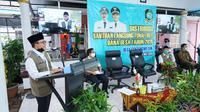 Bupati Banyuwangi Abdullah Azwar Anas melakukan sambungan online dengan Gubernur Jawa Timur Khofifah Indar Parawansa.