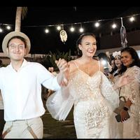 Dimas Anggara dan Nadine Chandrawinata saat berdansa. (Instagram @theweddings.diary)