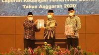 Kepala BPK RI Perwakilan Jawa Barat, Agus Chotib menyerahkan hasil pemeriksaan laporan keuangan Pemda tahun anggaran 2020 kepada Wali Kota Bekasi, Rahmat Effendi. (Foto: Istimewa)