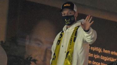 FOTO: Fenerbahce Menang, Mesut Ozil Nonton dari Bangku Penonton