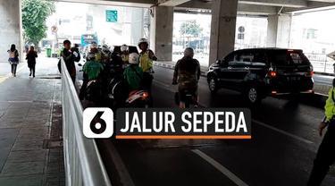 Petugas gabungan dari kepolisian dan Dinas Perhubungan melakukan razia terhadap pelanggar jalur sepeda di beberapa ruas jalanan Jakarta. Kebanyakan pelanggar tidak tahu peraturan baru tersebut.