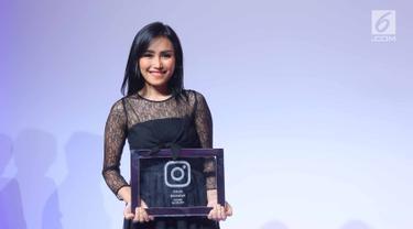 Pedangdut  Ayu Ting Ting meraih penghargaan dari pengelola instagram di Kawasan Kuningan, Jakarta (27/7). Ayu mendapat penghargaan sebagai publik figur teratas yang memiliki followers lebih dari 20 juta Followers. (Liputan6.com/Herman Zakharia)