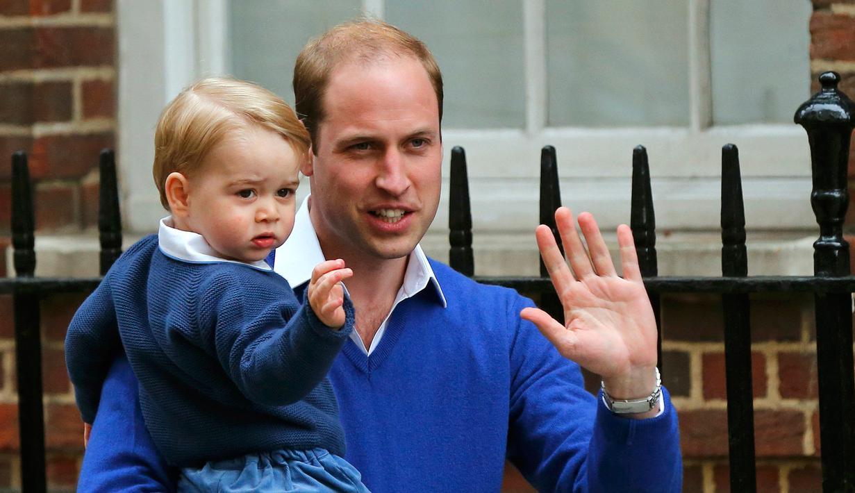 Pangeran George digendong sang ayah, Pangeran William terlihat melambaikan tangan di depan Lindo Wing RS St Mary, London, Sabtu (2/5/2015). George pertamakalinya diajak bertemu adik kecilnya yang baru lahir. (REUTERS/Suzanne Plunkett)