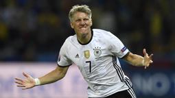 Bastian Schweinsteiger. Gelandang Timnas Jerman ini telah bermain dalam 18 penampilan selama berkiprah di Piala Eropa. Serupa dengan Cristiano Roanldo, debutnya juga dimulai pada edisi 2004. Hingga pensiun pada 2019, dirinya belum mampu membawa Jerman merebut trofi Piala Eropa. (AFP/Martin Bureau)