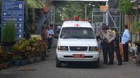 Mobil ambulan mengevakuasi jenasah korban di dalam Lapas Lowokwaru Malang