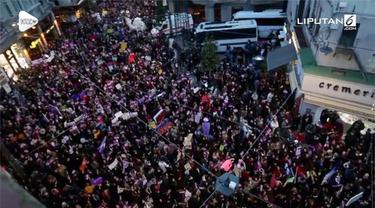 Ratusan pengunjuk rasa yang didominasi wanita berunjuk rasa di Istanbul. Mereka  mendorong upaya penghapusan kekerasan terhadap perempuan.