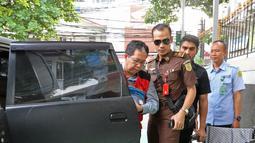 Terdakwa kasus penghancuran barang bukti dugaan pengaturan skor Joko Driyono (kiri) dikawal petugas saat akan menjalani sidang di PN Jakarta Selatan, Jakarta, Kamis (4/7/2019). Jaksa Penuntut Umum (JPU) menilai Joko Driyono bersalah. (Liputan6.com/Herman Zakharia)