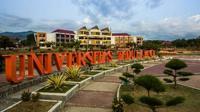 Ribuan mahasiswa Untad Palu yang terancam diberhentikan didominasi mahasiswa Fakultas Keguruan dan Ilmu Pendidikan. (Liputan6.com/Apriawan)