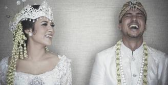 Pada September 2017, Raisa Andriana resmi menikah dengan Hamish Daud. Penyanyi kelahiran 6 Juni 1990 ini tampil cantik dengan mengenakan pakaian adat Sunda. (Foto: instagram.com/hamishdw)