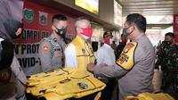 Kapolda Metro Jaya Irjen Nana Sudjana memberikan rompi kepada 18 ormas di Tanah Abang, Jakarta Pusata yang akan membantu petugas menertibkan masyarakat tak memakai masker. (Dok Polda Metro Jaya)