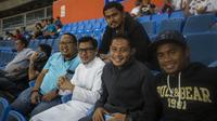 Pemain Timnas Indonesia, Evan Dimas bersama Ilham Udin Armaiyn, menonton laga Liga Premier Malaysia antara Felcra FC melawan PDRM di Stadion Shah Alam, Selangor, Jumat (2/2/2018). Kedua klub bermain imbang 1-1. (Bola.com/Vitalis Yogi Trisna)