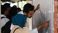Peserta tes seleksi CPNS Kemenkumham mengecek no pendaftaran di gedung BKN, Jakarta, Senin (11/9). Pada 2017, tercatat 1.116.138 pelamar CPNS mendaftar di lingkungan Kemenkumham.(Www.sulawesita.com)