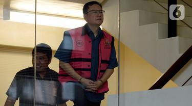 Komisaris PT Hanson International Tbk (MYRX), Benny Tjokrosaputro bersiap untuk menjalani pemeriksaan oleh penyidik Kejaksaan Agung tiba di Gedung KPK, Selasa (18/02/2020).  Benny diperiksa sebagai tersangka terkait kasus dugaan korupsi di PT Asuransi Jiwasraya (Persero). (merdeka.com/Dwi Narwoko