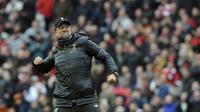 Pelatih Liverpool, Juergen Klopp, merayakan kemenangan atas Chelsea pada laga Premier League di Stadion Anfield, Minggu (14/4). Liverpool menang 2-0 atas Chelsea. (AP/Rui Vieira)
