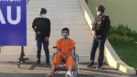 Suami pembunuh istri di Kabupaten Kampar saat dihadirkan di Polda Riau. (Liputan6.com/M Syukur)