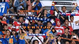Suporter tim Singo Edan membentangkan syal usai menyaksikan laga Arema FC melawan Persija pada lanjutan Go-Jek Liga 1 Indonesia 2018 bersama Bukalapak di Stadion GBK Jakarta, Sabtu (31/3). Arema FC kalah telak 1-3. (Liputan6.com/Helmi Fithriansyah)
