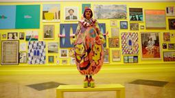Koordinator pameran, seniman Inggris Grayson Perry berpose di Pameran Musim Panas ke-250 di Royal Academy of Arts di London (5/6). Pameran menampilkan 1300 Karya dan dapat dibeli. (AP/Matt Dunham)