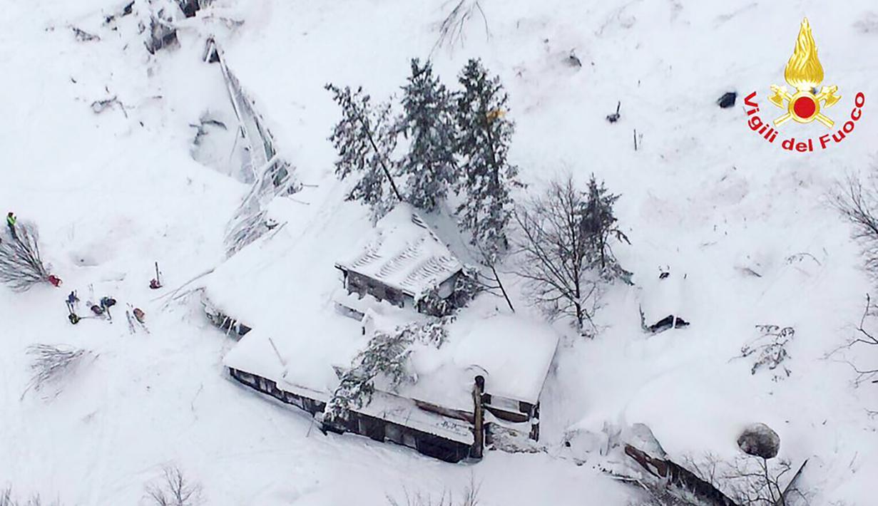 Sebuah gambar yang diperoleh akun Twitter vigili del Fuoco pada 19 Januari 2017 memperlihatkan pandangan udara kondisi hotel Rigopiano setelah diterjang longsor salju, Farindola, Italia (19/1). (AFP Photo/vigili del Fuoco/Handout)