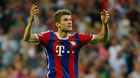 Penyerang Bayern Muenchen, Thomas Muller merayakan selebrasi usai mencetak gol ke gawang Barcelona saat leg kedua semifinal Liga Champions di Allianz Arena, Jerman, Rabu (13/5/2015). Bayern Muenchen menang 3-2 atas Barcelona. (Reuters/Albert Gea)