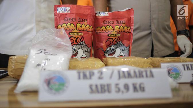Barang bukti dalam rilis pengungkapan kasus narkotika di Dit Resnarkoba Polda Metro Jaya, Rabu (13/3). Petugas menangkap pengedar jaringan Riau, Jakarta, Bandung yang biasa mengemas sabu-sabu ke dalam bungkus abon lele. (Liputan6.com/Faizal Fanani)#source%3Dgooglier%2Ecom#https%3A%2F%2Fgooglier%2Ecom%2Fpage%2F%2F10000