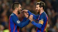 Dua pemain Barcelona Arda Turan (kiri) dan Lionel Messi. (AFP/Lluis Gene)