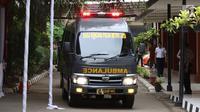 Mobil ambulans pembawa kantong jenazah pascakecelakaan pesawat Lion Air JT 610 tiba RS Polri, Kramat Jati, Jakarta, Selasa (30/10). Pesawat Lion Air JT 610 yang jatuh membawa 188 orang. (Liputan6.com/Immanuel Antonius)