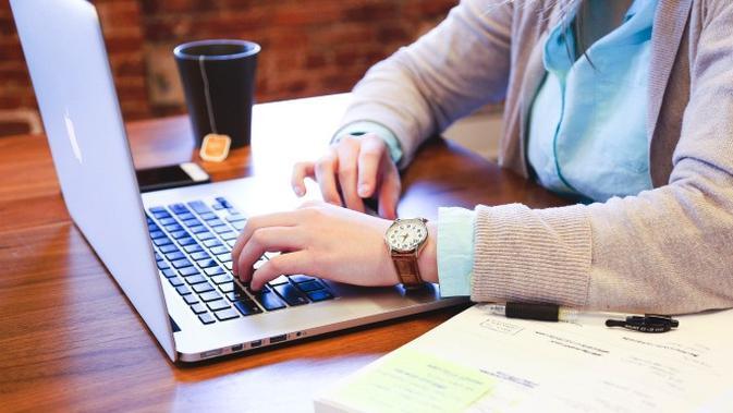 Ilustrasi orang sedang mengetik di laptop