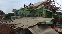 848 Bangunan Rusak Disapu Puting Beliung, Warga Bogor Bersih-bersih (Liputan6.com/Achmad Sudarno)