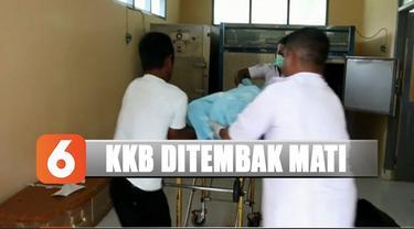 Pasca kontak tembak, jenazah tersangka dievakuasi ke rumah sakit sebelum dipulangkan kepada keluarganya.