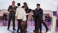 Capres dan cawapres nomor urut 01 Joko Widodo atau Jokowi-Ma'ruf Amin bersalaman dengan capres dan cawapres nomor urut 02 Prabowo Subianto-Sandiaga Uno usai debat perdana Pilpres 2019 di Hotel Bidakara, Jakarta, Kamis (17/1). (Liputan6.com/Faizal Fanani)