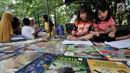 Anak-anak membaca buku saat program Literasi Kejujuran di Taman Bacaan Masyarakat (TBM) Saung Manggar, Pondok Kelapa, Jakarta, Minggu (24/3). (merdeka.com/Iqbal S. Nugroho)
