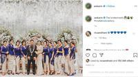 Mantan Kapolsek Kembangan Kompol Fahrul Sudiana dan istri berfoto bersama para bridesmaid. (dok. Instagram @awkarin/https://www.instagram.com/p/B-CP3Htpvs9/Dinny Mutiah)