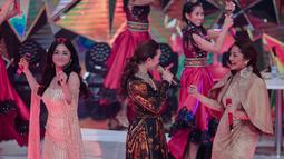 Pedangdut Dewi Perssik (kiri), Siti Badriah (kanan), dan  Zaskia Gotik (tengah) bergoyang saat tampil dalam Indonesian Dangdut Awards 2018 di Jakarta, Jumat (12/10). Mereka membawakan lagu Bintang Pentas, Bara Bere, dan Tarik Selimut. (Faizal Fanani)