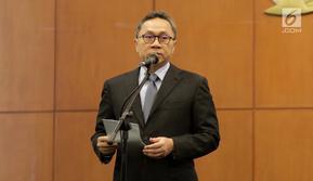 Ketua MPR Zulkifli Hasan memimpin pengucapan sumpah jabatan anggota MPR Pengganti Antar Waktu (PAW), Jakarta, Kamis (18/10). MPR melantik sembilan anggota dewan dalam PAW yang berasal dari Fraksi PAN, Demokrat, PPP dan Gerindra. (Liputan6.com/Johan Tallo)