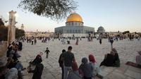 Para Muslim berkumpul untuk salat Idul Adha di sebelah Kubah Masjid Batu di kompleks Masjid Al Aqsa di kota tua Yerusalem, 31 Juli 2020. Ini adalah Pesta Kurban pertama sejak pandemi corona COVID-19 secara global. (AP Photo/Mahmoud Illean)