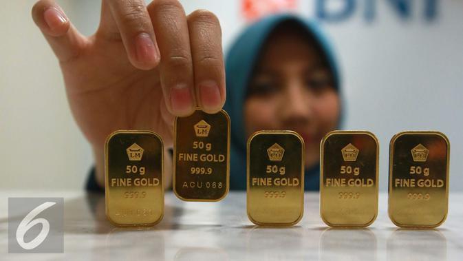 Pegawai menunjukan emas batangan di Jakarta, Selasa (15/11). Untuk harga emas Batik dengan corak Parang Barong dengan ukuran 10 gram, Antam menjualnya di harga Rp 6.040.000 atau Rp 604 ribu per gram. (Liputan6.com/Angga Yuniar)#source%3Dgooglier%2Ecom#https%3A%2F%2Fgooglier%2Ecom%2Fpage%2F%2F10000
