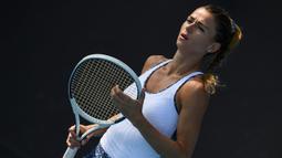 Petenis Italia, Camila Giorgi, memegang raket saat melawan petenis Jerman, Antonia Lottner, pada laga Australia Open di Melbourne, Selasa (21/1). (AFP/Greg Wood)