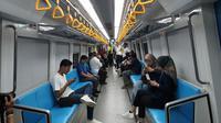 Interior kereta api ringan atau light rail trainset (LRT) Palembang, Sumatera Selatan resmi beroperasi secara komersial mulai hari ini,  Rabu (1/8/2018).  (Nurseffi/Liputan6.com)
