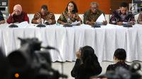 Ketua Pansel KPK Yenti Ganarsih (tengah) memberikan keterangan terkait hasil profile assessment calon pimpinan KPK periode 2019-2023 dalam konferensi pers di Jakarta, Jumat (23/8/2019). Tahapan keempat seleksi calon pimpinan capim KPK telah selesai dan menyisakan 20 nama. (Liputan6.com/Angga Yuniar)