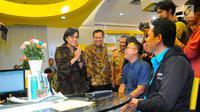 Menkeu Sri Mulyani Indrawati berbincang dengan pelapor SPT pajak penghasilan (PPh) di kantor pelayanan Pajak, Jakarta, Jumat (29/3). Sri Mulyani mengecek langsung proses laporan SPT dengan batas pelaporan SPT untuk orang pribadi adalah per 31 Maret 2019. (Liputan6.com/Angga Yuniar)