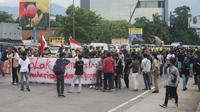 Puluhan mahasiswa yang tergabung dalam Mahasiswa Indonesia Menggugat (MIM) menggelar aksi demonstrasi dan long march menolak Omnibus Law Undang-undang (UU) Cipta Kerja di Bandung, Jumat (23/10/2020). (Liputan6.com/Huyogo Simbolon)