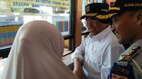 Menhub Budi Karya Sumadi berbincang dengan pemudik di Terminal Kampung Rambutan (Dok Foto: Merdeka.com/Dwi Aditya Putra)