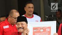 Ketua Umum PKPI, Hendropriyono menunjukkan nomor urut partainya dalam Pemilu 2019 di kantor KPU Pusat, Jumat (13/4). KPU telah menetapkan PKPI sebagai peserta Pemilu 2019. (Liputan6.com/Angga Yuniar)