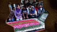 Sebanyak 20 mahasiswa Papua di Jombang, Jawa Timur, berziarah ke Makam Gus Dur di kompleks Pesantren Tebuireng. (Liputan6.com/ Dian Kurniawan)
