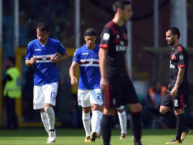 Para pemain Sampdoria usai membobol gawang AC Milan pada laga Serie A Italia di Stadion Luigi Ferraris, Genoa, Minggu (24/9/2017). Sampdoria menang 2-0 atas Milan. (AFP/Filippo Monteforte)